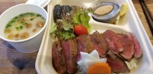食堂棟(宿泊棟とは別)が地震の影響で修理中の為、ご夕食はお部屋にあか牛ステーキ重をお出しいたします。 あか牛のハンバーグにも変更可能です。馬刺しもオプションで賜ります。